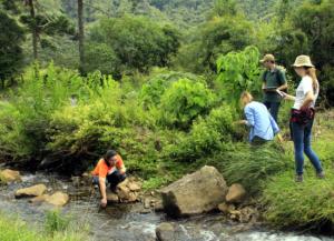 Equipe do LAAm em campo para avaliar as águas da porção superior da bacia do Rio Canoas.